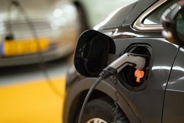 Electrical car plugged in (Michael Fousert @ unsplash.com)